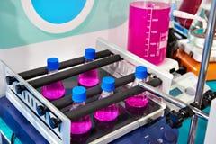 Coctelera linear en laboratorio químico Fotos de archivo