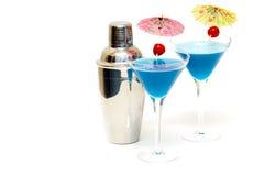Cocteles con curaçao y la coctelera azules Foto de archivo libre de regalías