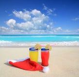 Cocteles de la playa con la Navidad de Santa Imágenes de archivo libres de regalías