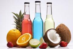 Cocteles exóticos del alcohol de la botella fotos de archivo libres de regalías