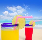 Cocteles tropicales de la playa en playa de la turquesa Fotografía de archivo