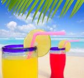 Cocteles tropicales de la playa en playa de la turquesa Imagen de archivo libre de regalías
