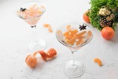 Coctkail алкоголя со свежими tangerine и водкой на белой предпосылке стоковое фото rf