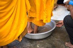 Coda dei monaci scalzi con il ceremonial del lavaggio del piede nel sud del Vietnam fotografie stock libere da diritti