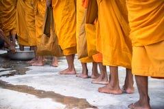 Coda dei monaci scalzi con il ceremonial del lavaggio del piede nel sud del Vietnam fotografie stock