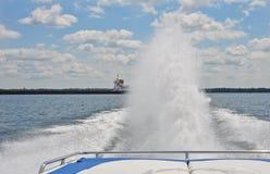 Coda del gallo dietro la barca mille Islandsl di velocità Fotografie Stock Libere da Diritti