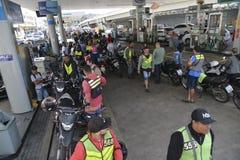 Coda della stazione di servizio con il motociclo Fotografia Stock Libera da Diritti