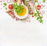 Coda e testa fresche del pesce con olio e del condimento per la cottura sul fondo di legno bianco, vista superiore Immagini Stock Libere da Diritti