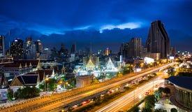 Coda leggera sulla strada principale con l'alta costruzione dell'orizzonte a Bangkok Tailandia Immagine Stock Libera da Diritti