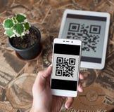 Code barres de balayage du comprimé utilisant le téléphone portable photos libres de droits