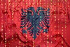 Code binaire avec le drapeau de l'Albanie, concept de protection des données Photos stock