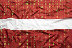 Code binaire avec le drapeau de la Lettonie, concept de protection des données Photos libres de droits