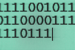 Code binaire sur l'écran Image stock