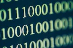 Code binaire sur l'écran d'ordinateur, macro tir technologie de planète de téléphone de la terre de code binaire de fond Images stock