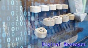 Code binaire sur l'avant de la vieille machine à écrire avec le mot et le x22 ; Chiffre Photographie stock libre de droits