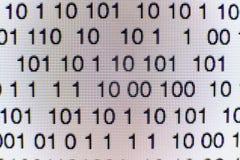 Code binaire sur un écran d'ordinateur Photo libre de droits