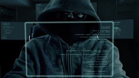 Code de dactylographie de programme de pirate informatique masculin Homme de nuit foncé au codage d'écran virtuel Logiciel de cod banque de vidéos
