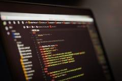 Code de HTML et de CSS sur l'écran d'ordinateur portable Images stock