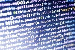 Code de Javascript Code source de programmation par ordinateur Écran abstrait de développeur web avec le code rougeoyant Photo libre de droits