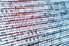 Code de programmation de CSS sur l'écran en tons bleus et fuite de lumière rouge Photos stock