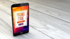 code de promo sur le smartphone au-dessus du fond en bois blanc photo libre de droits