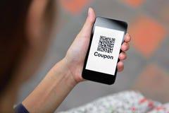 Code des Kupons QR am intelligenten Telefon Stockbilder