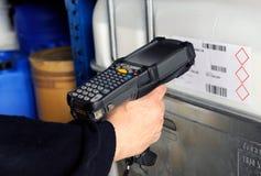 Codes barres de balayage de personne avec le scanner Images stock