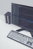 Codes de site Web sur le moniteur d'ordinateur sur le bureau de bureau Images stock