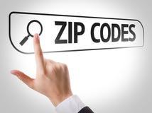 Codes postaux écrits dans la barre de recherche sur l'écran virtuel images libres de droits