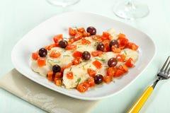 Codfish med tomater och oliv Fotografering för Bildbyråer