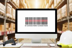 Codice a barre di esame da un'etichetta in magazzino moderno fotografie stock
