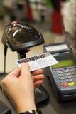 Codice a barre di esame della mano del cassiere sulla carta del membro con la carta di credito Immagine Stock Libera da Diritti