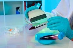 Codice a barre di scansione sui campioni medici Fotografie Stock Libere da Diritti