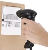 Codice a barre di scansione sulla casella isolata su bianco Immagine Stock