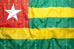 Codice binario con la bandiera del Togo, concetto di protezione dei dati immagini stock