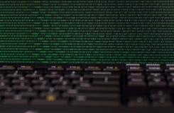 Codice binario dello schermo di computer Fotografie Stock