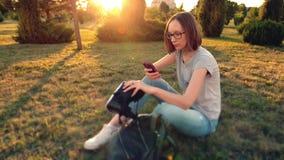 Codice del qr di esame della ragazza sui suoi vetri di realtà virtuale con lo smartphone stock footage