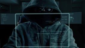 Codice di battitura a macchina di programma del pirata informatico maschio Uomo di notte scuro a codifica dello schermo virtuale  video d archivio