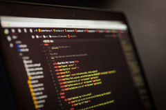 Codice di CSS e del HTML sullo schermo del computer portatile Immagini Stock