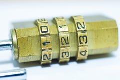 Codice di serratura dei bagagli del lucchetto sulla fine bianca del fondo su Immagini Stock Libere da Diritti