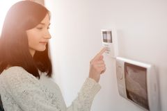 Codice entrante della donna sulla tastiera dell'allarme di sicurezza domestica fotografie stock libere da diritti
