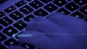 Codice macchina di scrittura, tastiera di battitura a macchina del computer portatile, operatore competente in materia d'informati Immagini Stock Libere da Diritti