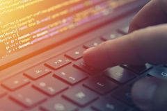Codifica del primo piano sullo schermo, mani che codificano HTML e che programmano sul computer portatile dello schermo, sviluppo Immagini Stock Libere da Diritti