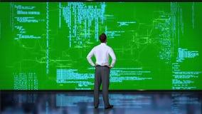 Codificación del hombre de negocios en interfaz verde metrajes
