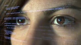 Codificación del informático en la exhibición olográfica futurista almacen de video