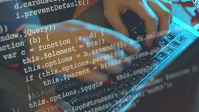 Codificación del pirata informático o del programador del hombre en el ordenador portátil almacen de video