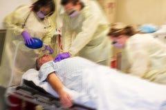 Codifichi il gruppo blu che rianima un paziente Immagini Stock Libere da Diritti