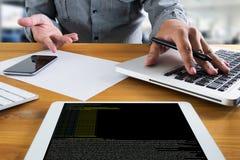 Codifique o foco no código de programação que codifica o HTML do PHP que codifica Cyberspac fotografia de stock