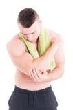 Codo herido tenencia del instructor de la aptitud o del levantamiento de pesas fotos de archivo