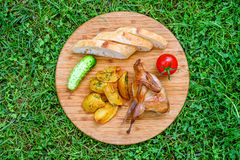 Codornices fritas deliciosas con las verduras Foto de archivo libre de regalías